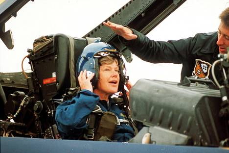Pilotti Dave Stewart auttoi puolustusministeri Elisabeth Rehnin Hornetin kyytiin Turussa kesällä 1992.
