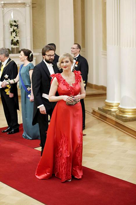 Maria Guzeninan valtameren muovijätteestä valmistettu iltapuku oli muotisuunnittelija Anne-Mari Pahkalan luomus. Kuva Linnan juhlista 2017.