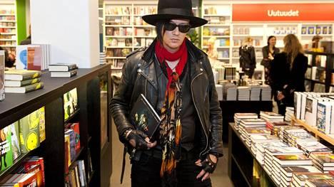 Jyrki 69 eli Jyrki Linnankivi Rock'n'Roll Juicer -kirjan julkistamistilaisuudessa.