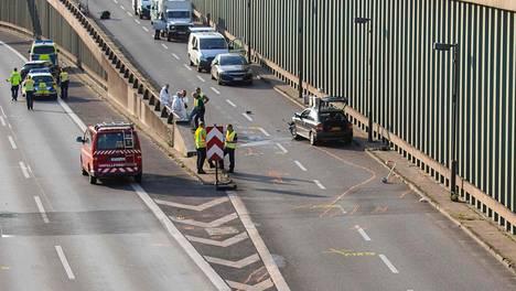 Poliiseja tutkimassa epäillyn autoa.