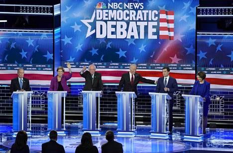 Michael Bloomberg, Elizabeth Warren, Bernie Sanders, Joe Biden, Pete Buttigieg ja Amy Klobuchar Paris Theaterin lavalla Las Vegasissa.