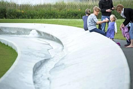Lontoon Hyde Parkissa on Dianalle omistettu suihkulähde.