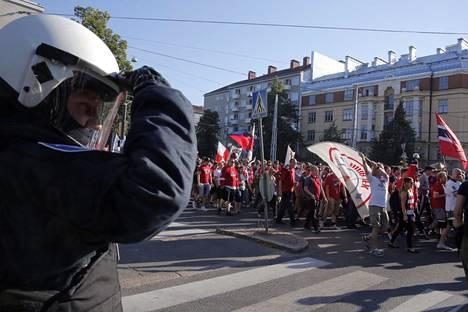 Poliisi tarkkaili HIFK:n kannattajia matkalla derbyyn.