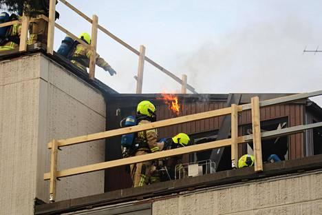 Palo syttyi nelikerroksisen rakennuksen kattorakenteissa.
