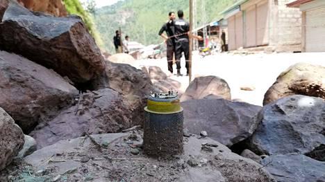 YK-tarkkailijat tutkivat pommituksen jäänteitä Noserissa Pakistanin puolella tulitaukolinjaa 4. elokuuta.