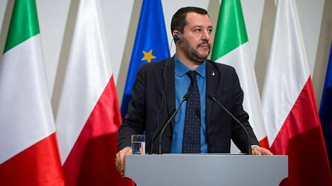 Matteo Salvini lehdistötilaisuudessa.