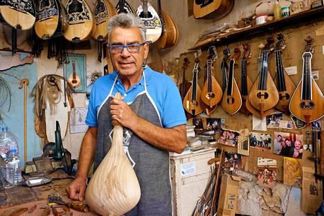 Jorgós Papaléxakis rakentaa käsityönä kreetalaisia perinnesoittimia.
