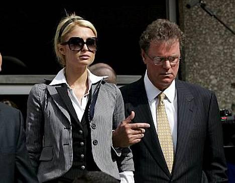 Paris Hilton poistui synkkänä oikeudesta tuomion saatuaan.