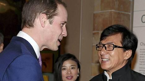 Jackie Chan tapasi prinssi Williamin Lontoossa.
