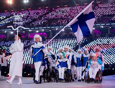 Matti Suur-Hamari kantoi Suomen lippua Pyeongchangin paralympialaisten avajaisissa.
