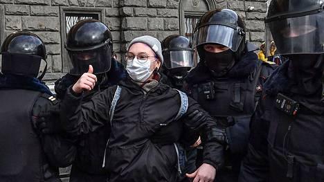Poliisi pidätti lauantaina kovin ottein ihmisiä Moskovassa turvallisuuspalvelu FSB:n päämajan edessä järjestetyssä mielenosoituksessa. Mielenosoittajat protestoivat Venäjän poliittisia vainoja ja Vladimir Putinin itsevaltiutta vastaan.