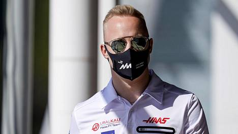 Nikita Mazepin Barcelonan F1-varikolla.