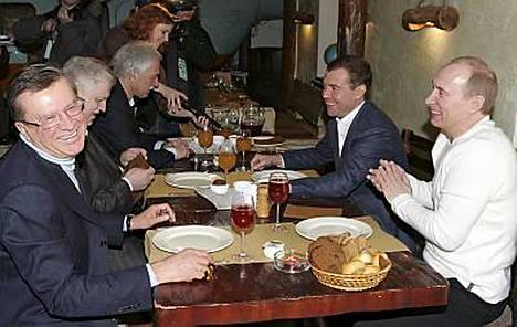 Venäjän presidentti Vladimir Putin (oik.) juhli vaaleja seuraajansa Dmitri Medvedevin (2. oik.) kanssa moskovalaisessa ravintolassa syömällä mm. muksunsiikaa.