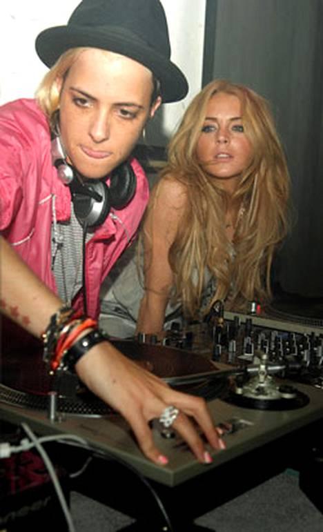 DJ Samantha Ronson (vas.) ja näyttelijätär Lindsey Lohan (oik.) olivat klubikeikalla yhdessä Japanissa viime viikolla.