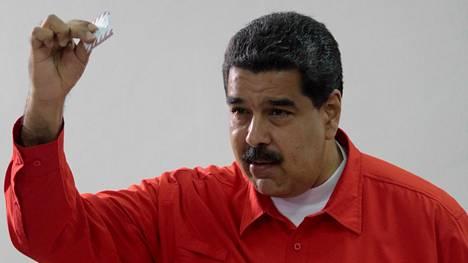 Nicolas Maduro antamassa ääntään viime viikonloppuna pidetyssä kansanäänestyksessä.