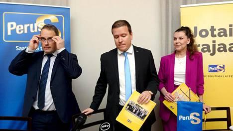 Perussuomalaisten eduskuntaryhmän varapuheenjohtaja Jani Mäkelä (vas.), eduskuntaryhmän puheenjohtaja Ville Tavio ja eduskuntaryhmän 2. varapuheenjohtaja Arja Juvonen esittelivät puolueen varjobudjetin. Perussuomalaisten mukaan varjobudjetti lisäisi ostovoimaa lähes 700 miljoonalla ja samalla velkaa otettaisiin 193 miljoonaa Rinteen hallitusta vähemmän.