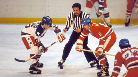 Mark Pavelich (vas.) oli mukana Yhdysvaltojen legendaarisessa Miracle on Ice -joukkueessa.