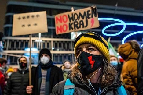 Puolalaiset aktivistit uskovat, että valtio on kiristänyt aborttilakia koronapandemian siivin. Mielenosoituksia on nyt vaikeampi järjestää.