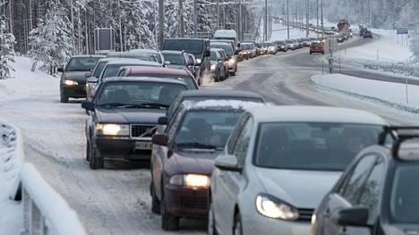 Päästötilastot kaunistuisivat, kun vanhat isopäästöiset autot poistuisivat liikenteestä ja ajettu liikennesuorite laskisi. Erityisesti käytetyt tuontiautot ovat tilastojen mukaan usein kotimaan perustasoa suurempipäästöisiä.