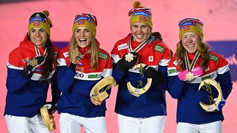 Norjan naiset Heidi Weng (vas.), Therese Johaug, Tiril Udnes Weng ja elene Marie Fossesholm pääsivät juhlimaan viestikultaa. Heidi Wengin riemu läikkyi ruotsalaisten mielestä yli äyräiden.