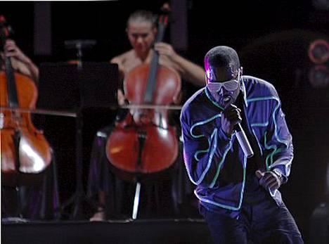 Kanye West puhkesi keikallaan kyyneliin.
