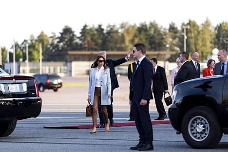 Melania Trump pukeutui Suomeen saapuessaan poikkeuksellisen rentoihin vaatteisiin.