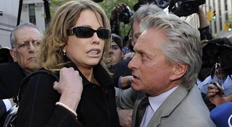 Cameronin vanhemmat Diandra Luker ja Michael Douglas olivat järkyttyneitä poikansa tuomiosta. Kuva vuodelta 2010.