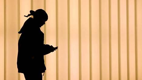 Nainen käytti puhelinta New Yorkissa, Yhdysvalloissa.