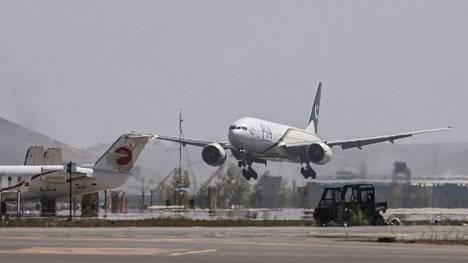 Pakistan International Airlinesin lento Islamabadista laskeutui Kabuliin maanantaina.