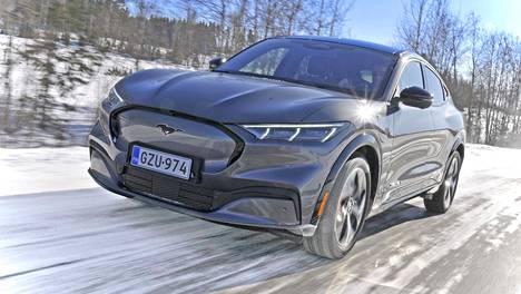 Mach-E on 4,7-metrinen neliovinen crossover, jossa on erinomaiset sisätilat. Lähtöhinta Suomessa on saatu puristettua takavetoisena alle 50000 euroon, joten autoon on mahdollista saada myös valtion hankintatuki. Liikkeisiin sähkö-Mustangit saapuvat toukokuussa.