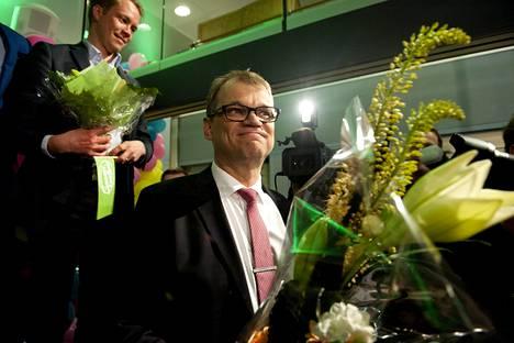 Keskustan puheenjohtaja Juha Sipilä tyytyväisenä.