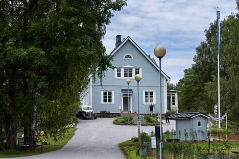 Villa Kokkokallion alakertaan tulee kahvila, yläkerrassa on koti. Rakennus on alun perin ollut sahanjohtajan talo, ja vuosien varrella sen käyttötarkoitus on muuttunut useaan kertaan.