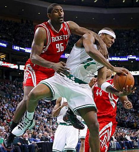 Houston Rocketsin Ron Artest Boston Celticsin Paul Piercen kimpussa.
