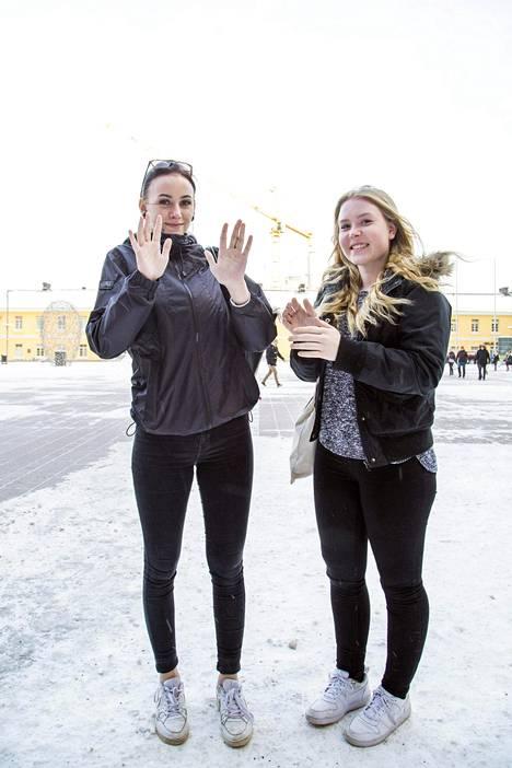 Elli Salama vasemmalla ja Johanna Suomalainen kylmänsiedoltaan karskeiksi karaistuneina.