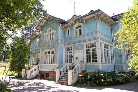 Jouko Törmä osti ja siirrätti Nybackan huvilan presidentin virkatalon Mäntyniemen alta. Komeasti entistetty hirsihuvila on kolmen perheen koti.