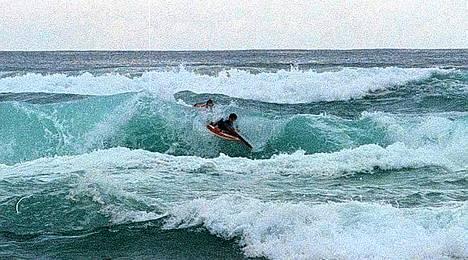 Gold Coastin rannikolla on välillä isojakin aaltoja.