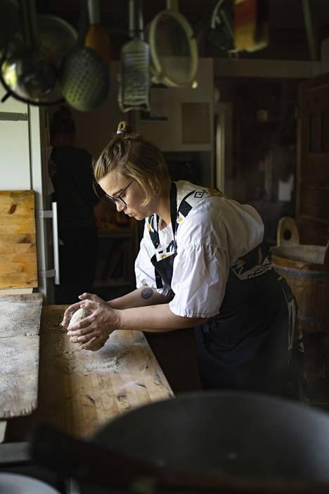 Annilla on majatalon keittiössä yksi palkattu työntekijä. Usein hän kokkaa kuitenkin itse.