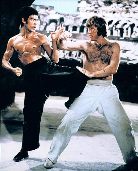 Lohikäärmeen tie -elokuvan rooli Bruce Leen (vas.) vierellä on yksi harvoja kertoja kun Norris on esittänyt pahista.