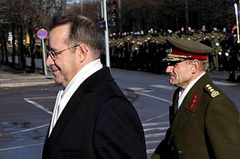 Viron 90-vuotisjuhlallisuuksissa puhunut presidentti Toomas Hendrik Ilves suri 4500 nuoren virolaismiehen kuolemaa.