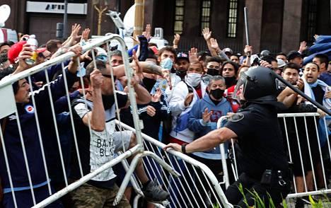 Mellakka-aitoja kaatui, kun fanit pyrkivät kohti presidentinlinnaa.