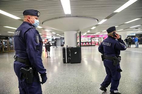 Poliisit jalkautuivat myös Asematunneliin.