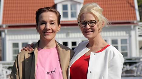 Linda Lampenius avautuu kotonaan yöpyvälle Maria Veitolalle lapsuudestaan.