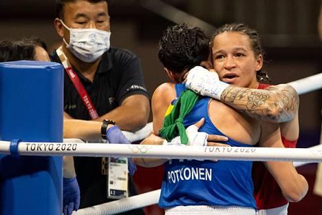 Mira Potkosen uran päätös herkisti myös kilpakumppaneita Kokugikan Arenalla, kuten välierässä voiton korjannutta Brasilian Beatriz Ferreiraa.