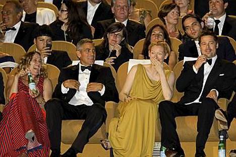 Burn After Reading -elokuvan tähdillä, Frances McDormandilla, George Clooneylla, Tilda Swintonilla ja Brad Pittillä, oli hauskaa leffan ensi-iltaesityksessä.
