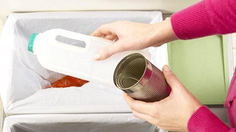 Ilana Aalto sanoo, että muutokset kannattaa aloittaa yksi kerrallaan. Omista roskista voi tarkkailla esimerkiksi sitä, millaista jätettä kodissa syntyy eniten ja voisiko sitä vähentää esimerkiksi pakkausten kautta.