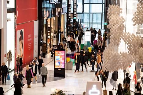 Westfield Mall of Scandinavia -kauppakeskuksessa riitti väkeä tavalliseen tapaan perjantaina.