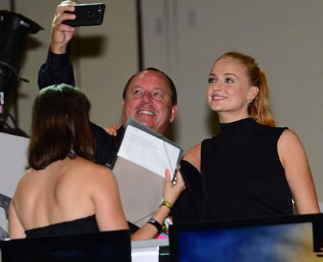 Game of Thronesin Sansa Starkina tunnettu Sophie Turner poseerasi fanien kanssa yhteiskuvissa.