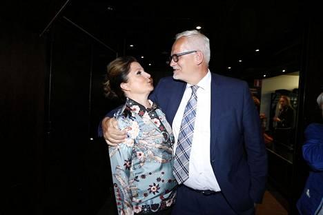 Sarvamaa yhdessä puolisonsa Sari Helinin kanssa eurovaali-iltana.
