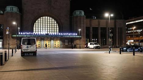Helsingin rautatieaseman asema-aukio arkistokuvassa.