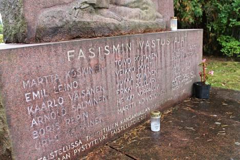 Teloitettujen nimet on kaiverrettu patsaan jalustaan.